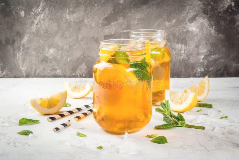 Té enfriado del verano con la menta y el limón imagen de archivo