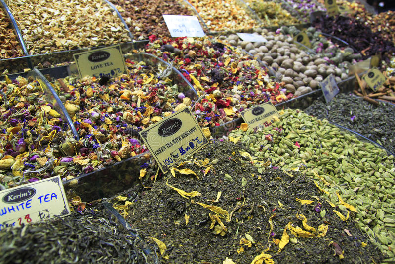 Té florecido en el mercado de Istambul imagenes de archivo