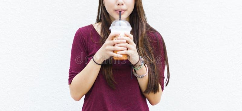 Té fresco de consumición Straw Concept de la relajación de la bebida imagen de archivo libre de regalías