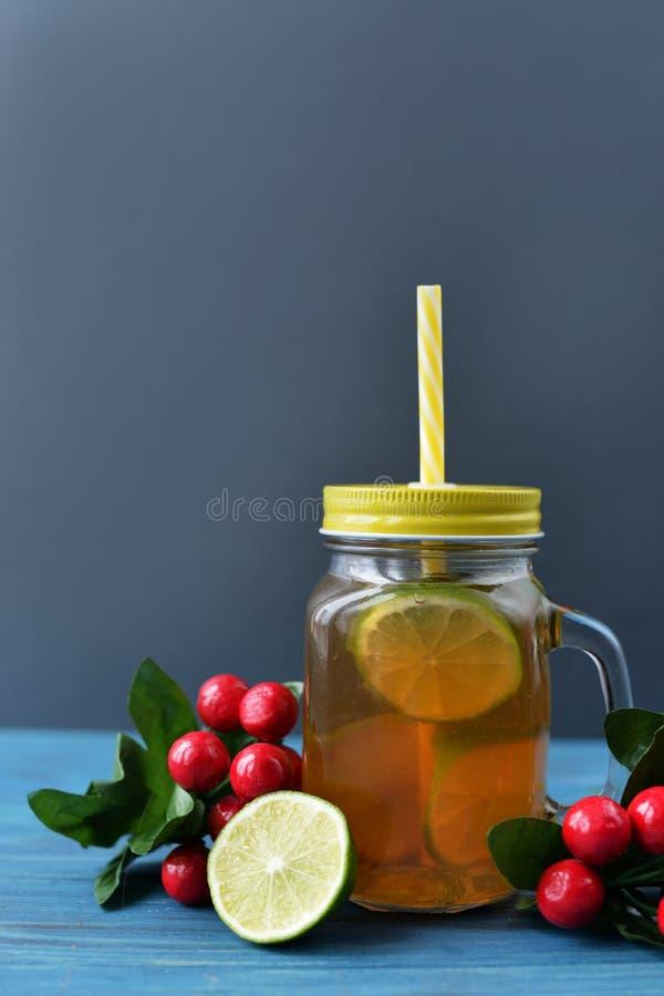 Té fresco de la bebida con la fruta de la cal en un vidrio imágenes de archivo libres de regalías