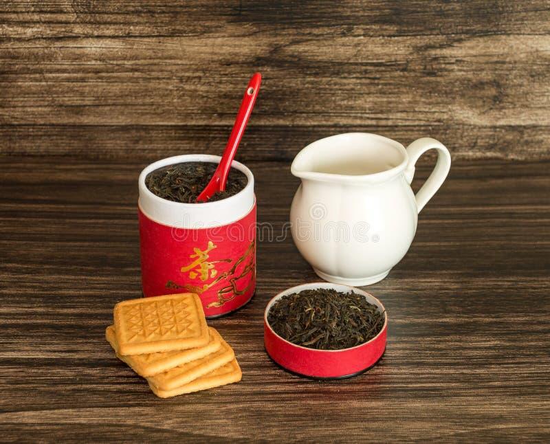 Té, galletas y un tarro imagenes de archivo