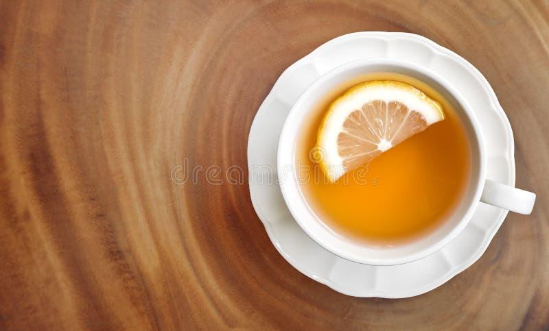 Té gris del conde caliente con la opinión superior de la rebanada del limón sobre el backgr de madera de la tabla fotografía de archivo libre de regalías