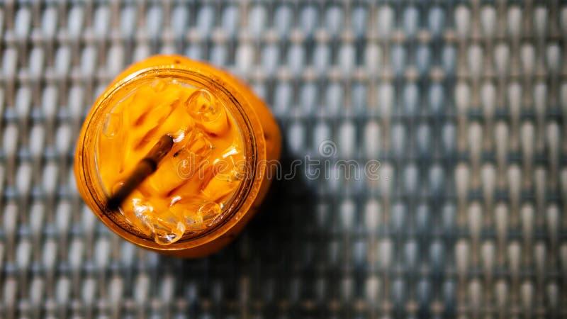Té tailandés de la leche helada en jarra en fondo oscuro de la textura imagen de archivo libre de regalías