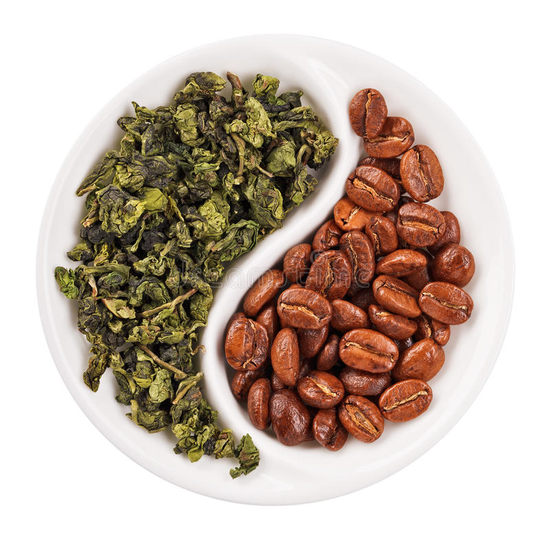 Té verde de la hoja contra los granos de café en Yin Yang fotografía de archivo