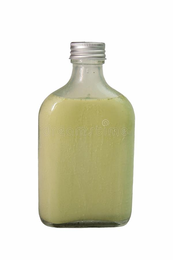 Té verde de la leche en la botella de cristal en el fondo blanco con el recortes fotos de archivo