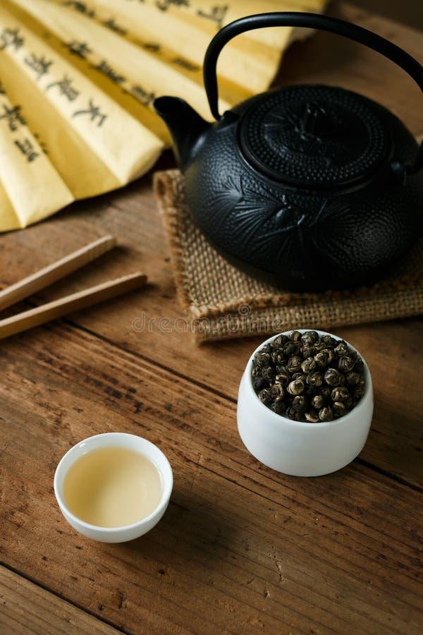 Té verde de la pólvora con la sopa del té foto de archivo libre de regalías