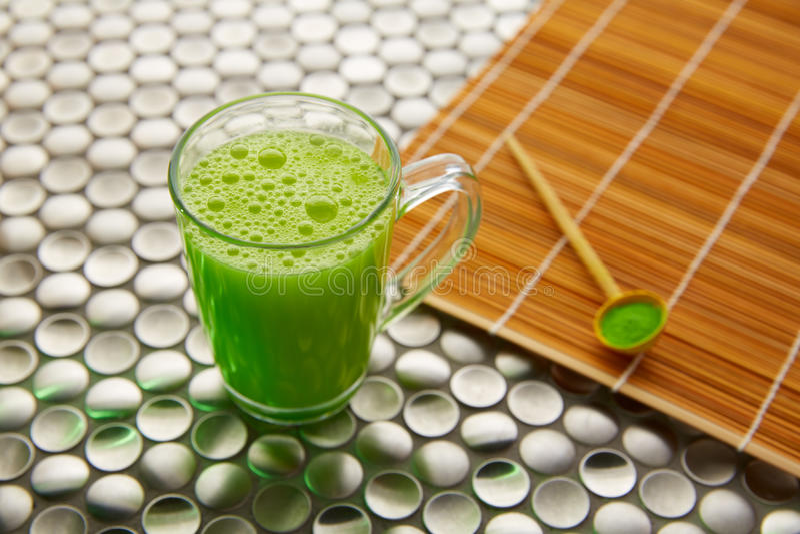 Té verde de Matcha de Japón en el acero inoxidable fotos de archivo