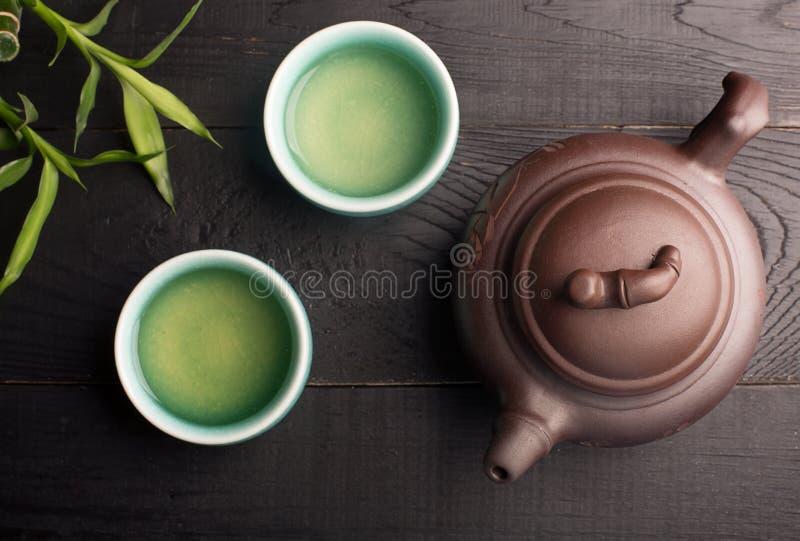 Té verde en las tazas de té imagenes de archivo