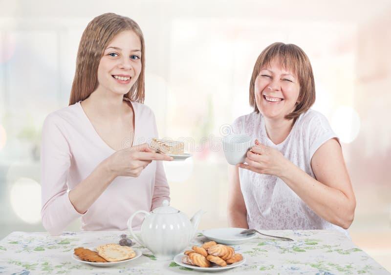 Té y charla de la bebida de dos amigos foto de archivo