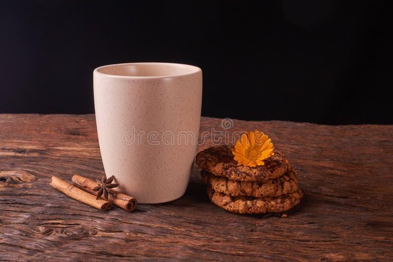 Té y galletas en el fondo de madera Concepto de humor agradable Aislado en negro imágenes de archivo libres de regalías