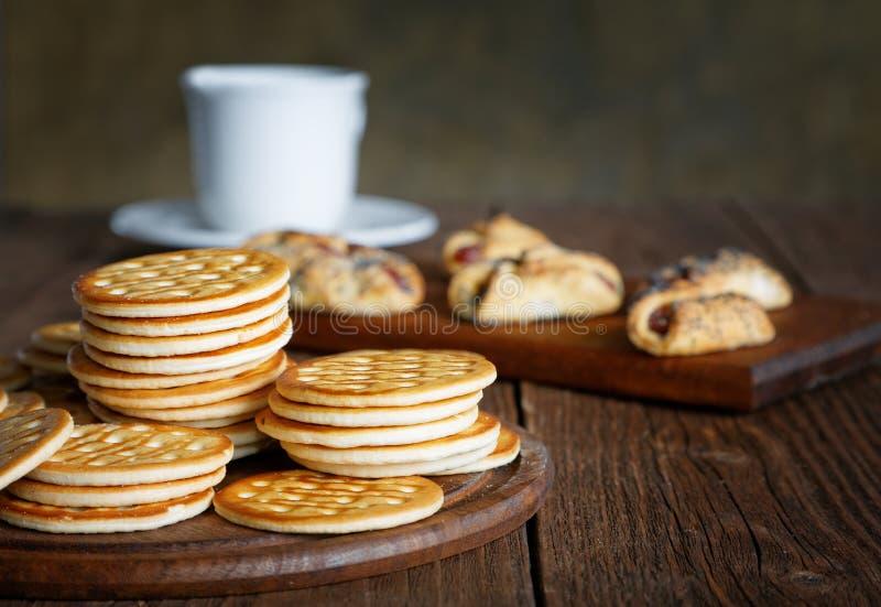 Té y galletas en una tabla foto de archivo libre de regalías