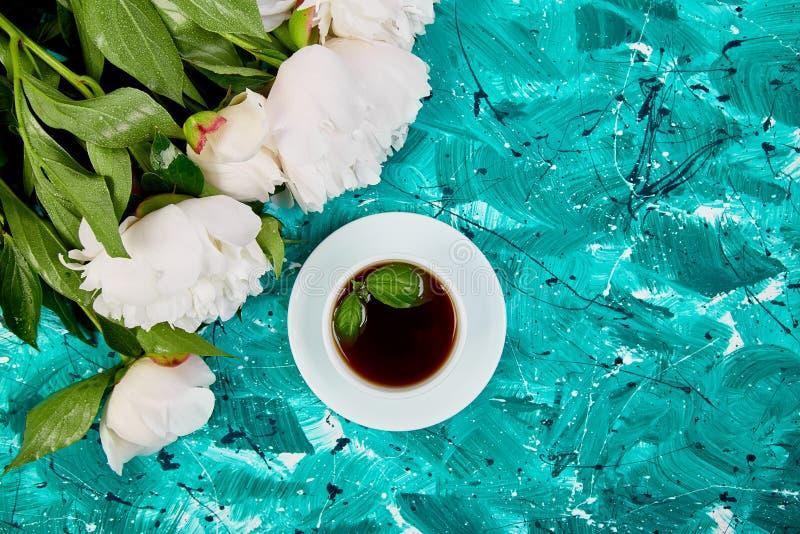 Té y ramo de peonía blanca fotografía de archivo libre de regalías