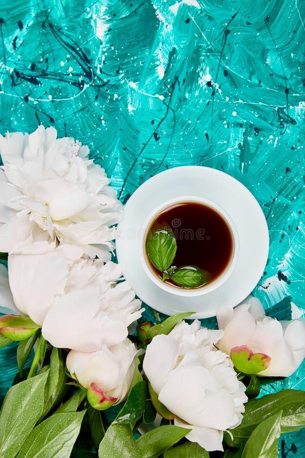 Té y ramo de peonía blanca fotos de archivo