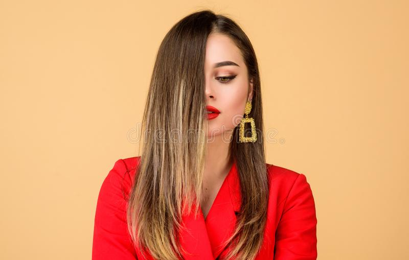 Técnica da cor do cabelo de Balayage Bordos vermelhos da cara bonita da composição da mulher A mulher veste brincos glamoroso Pen imagens de stock