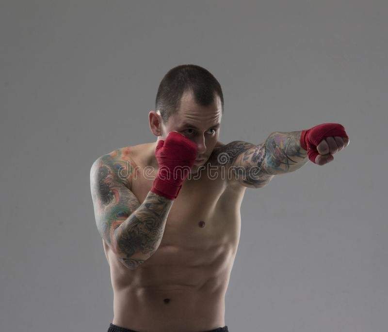 Técnicas de ataque do treinamento masculino do pugilista fotos de stock royalty free