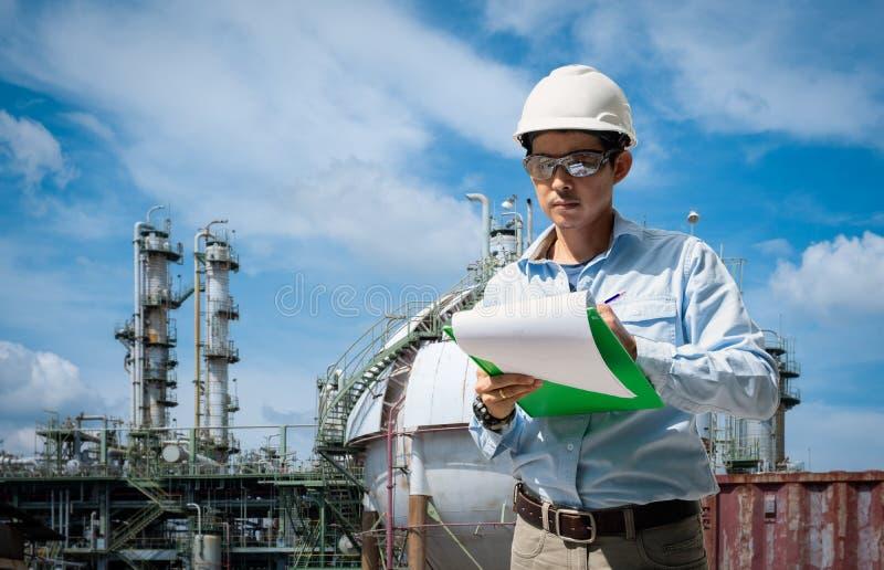 Técnico asiático que trabalha com a lista de verificação na planta industrial fotos de stock royalty free
