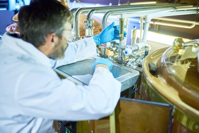 Técnico barbudo Focused en trabajo imagenes de archivo