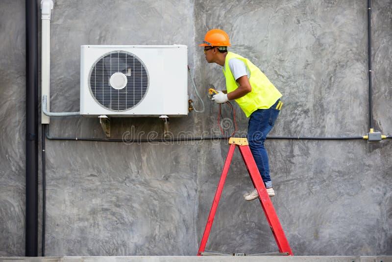 Técnico Checking Air Conditioner imagem de stock royalty free