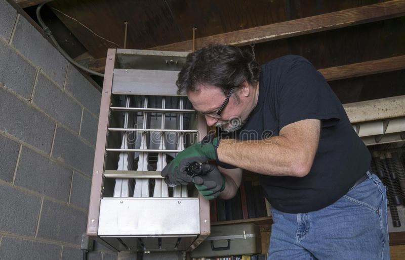 Técnico Checking Out un horno de gas de arriba fotos de archivo