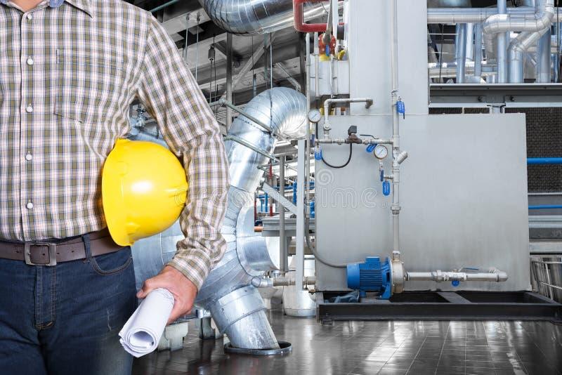 Técnico da manutenção dentro da fábrica térmica do central elétrica imagem de stock