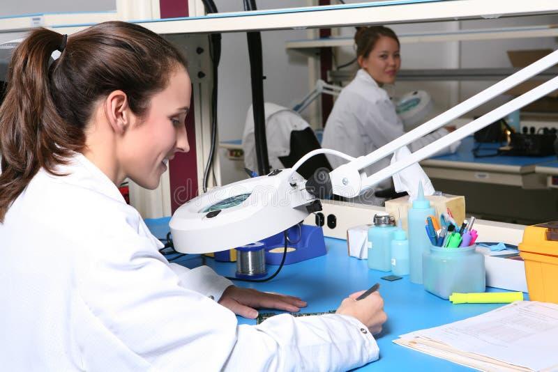 Técnico da mulher com microscópio imagem de stock