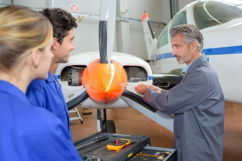 Técnico de aviación en el trabajo foto de archivo
