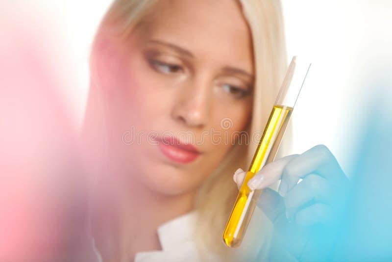 Técnico de laboratorio médico con el tubo de prueba imagenes de archivo