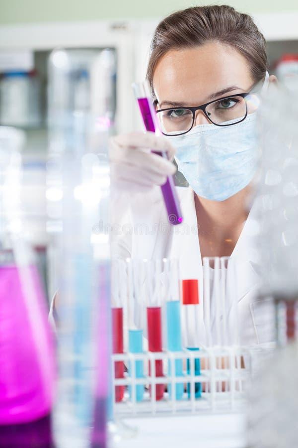 Técnico de laboratorio que sostiene un tubo de ensayo imagen de archivo libre de regalías