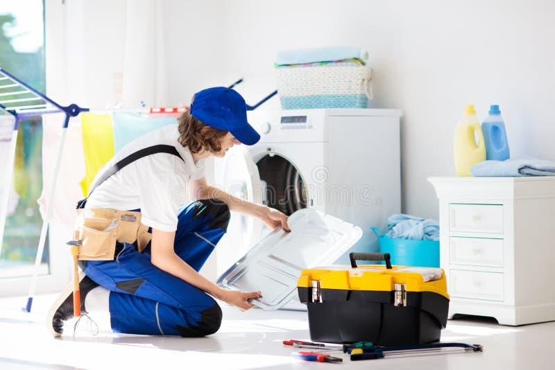 Técnico de reparación de la lavadora Servicio de la lavadora fotografía de archivo