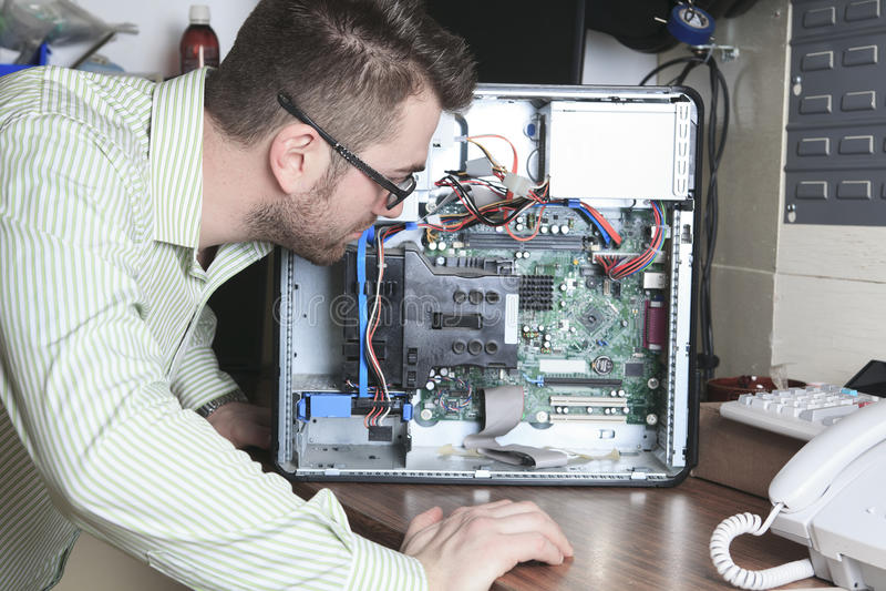 Técnico del trabajador en el trabajo con el ordenador imágenes de archivo libres de regalías