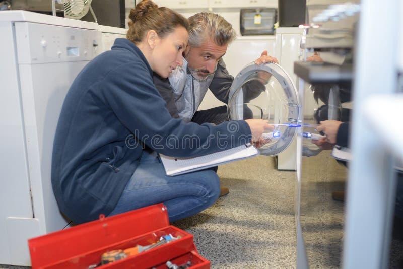 Técnico do dispositivo que faz a avaliação imagens de stock