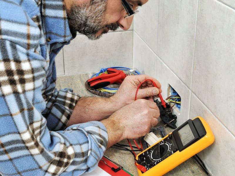 Técnico do eletricista no trabalho em um sistema bonde residencial imagens de stock royalty free