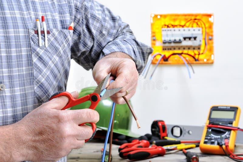 Técnico do eletricista no trabalho em um sistema bonde residencial fotografia de stock