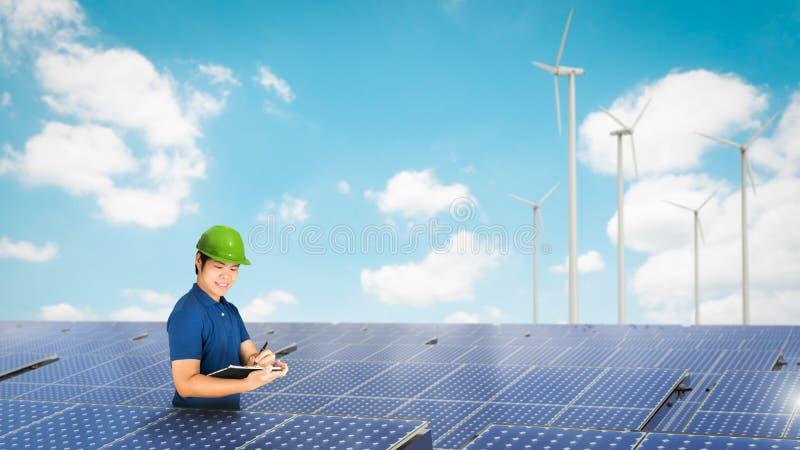 Técnico do painel solar fotografia de stock royalty free