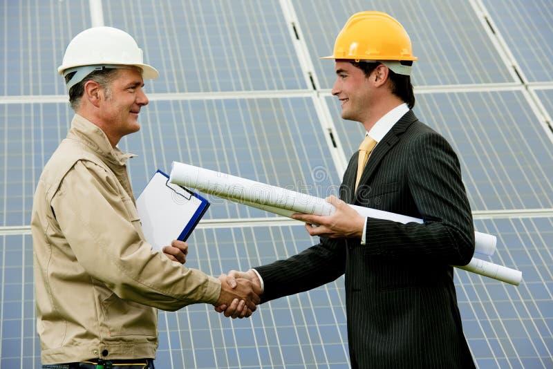 Técnico e coordenador na central eléctrica solar fotografia de stock