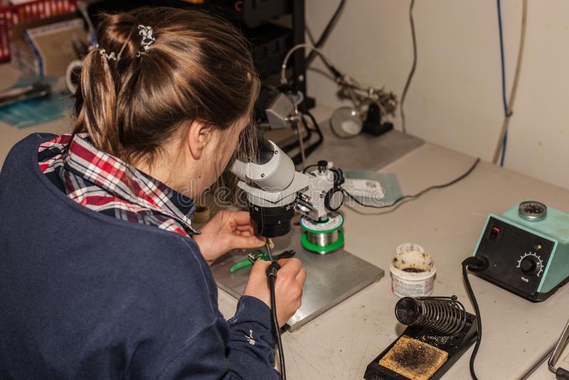 Técnico electrónico de sexo femenino joven en el trabajo imágenes de archivo libres de regalías