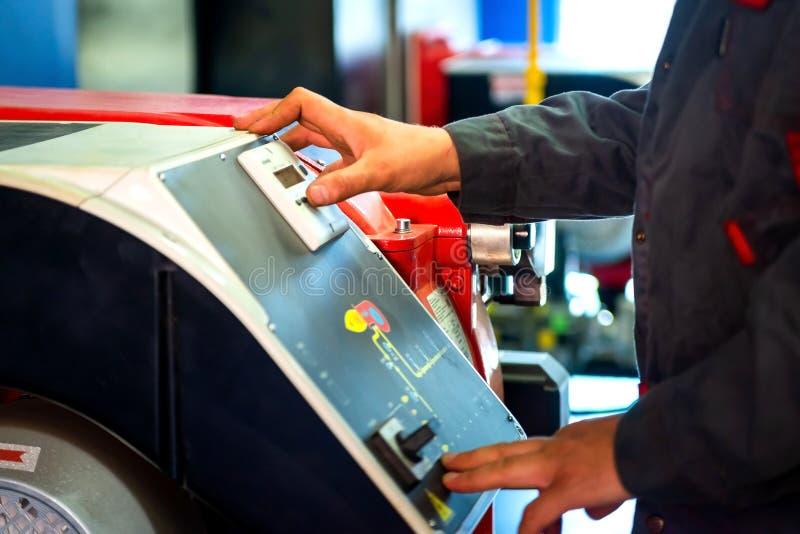 Técnico en el trabajo Sistemas de mantenimiento de la calefacción por agua Man& x27; mano de s fotografía de archivo libre de regalías
