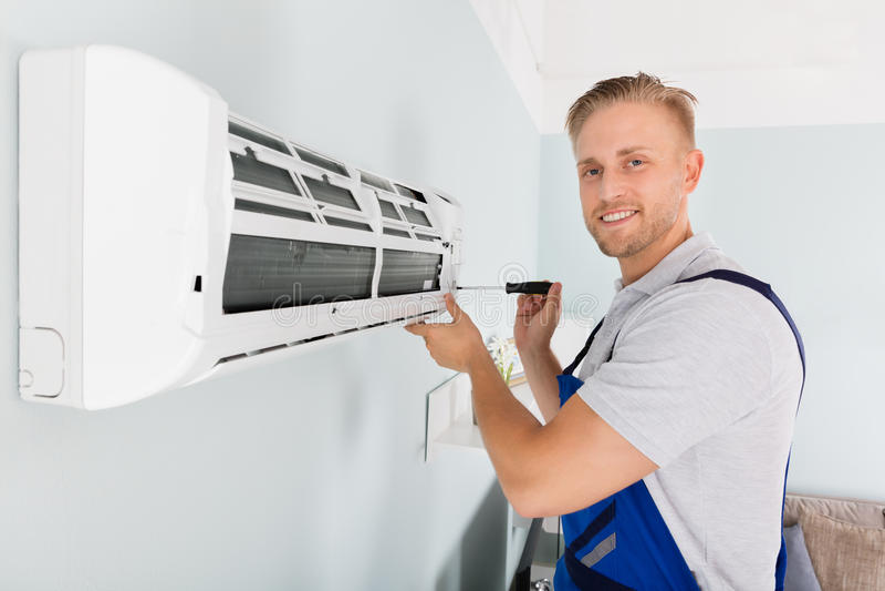 Técnico Fixing Air Conditioner imagens de stock royalty free