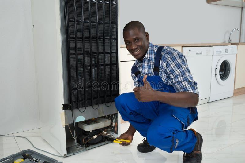 Técnico Fixing Refrigerator fotos de stock