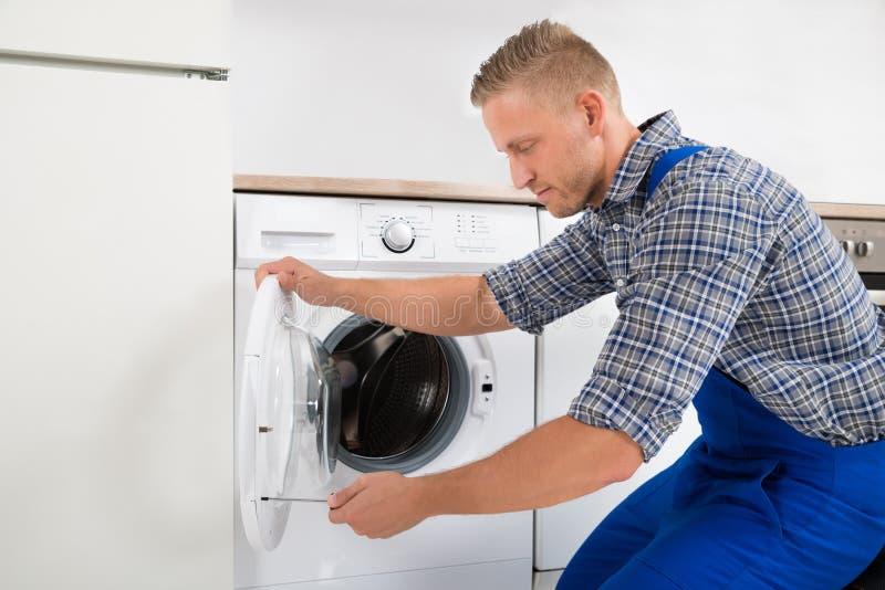 Técnico Fixing Washing Machine fotos de stock royalty free
