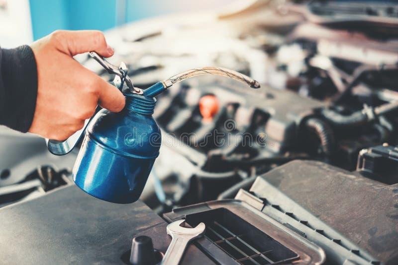 Técnico Hands del mecánico de coche que trabaja en coche del servicio y del mantenimiento de reparación auto imagen de archivo