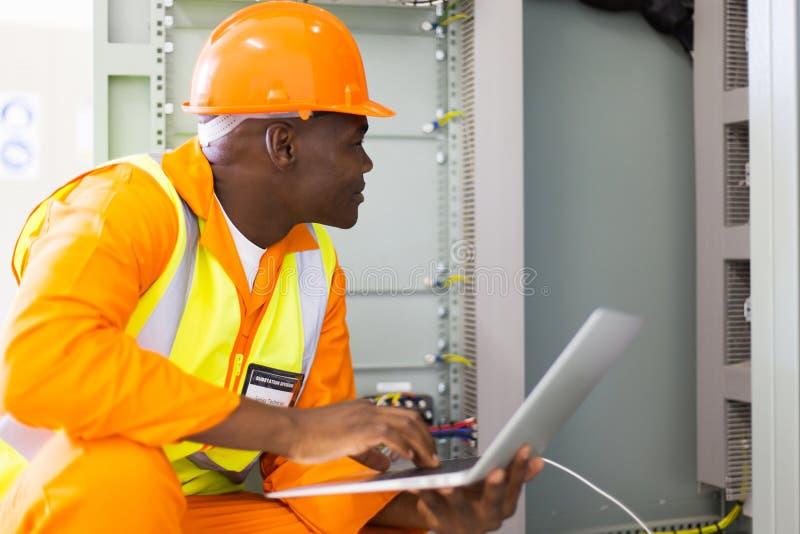 Técnico industrial africano imagen de archivo libre de regalías