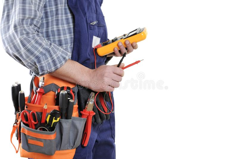Técnico joven del electricista en la ropa y las herramientas del trabajo aisladas foto de archivo