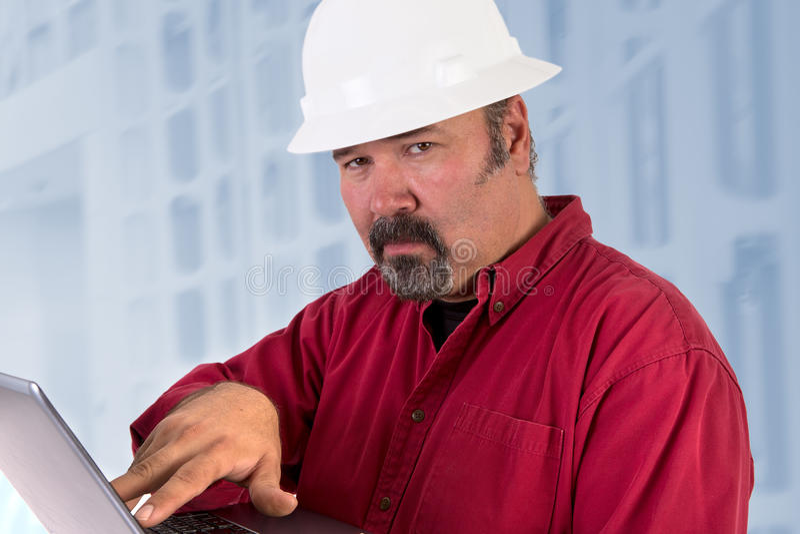 Técnico Looking Trustfully do capacete de segurança imagens de stock royalty free