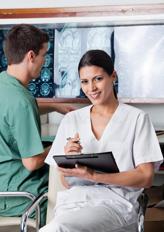Técnico médico fêmea Holding Clipboard foto de stock