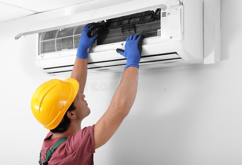 Técnico masculino que verifica o condicionador de ar foto de stock royalty free