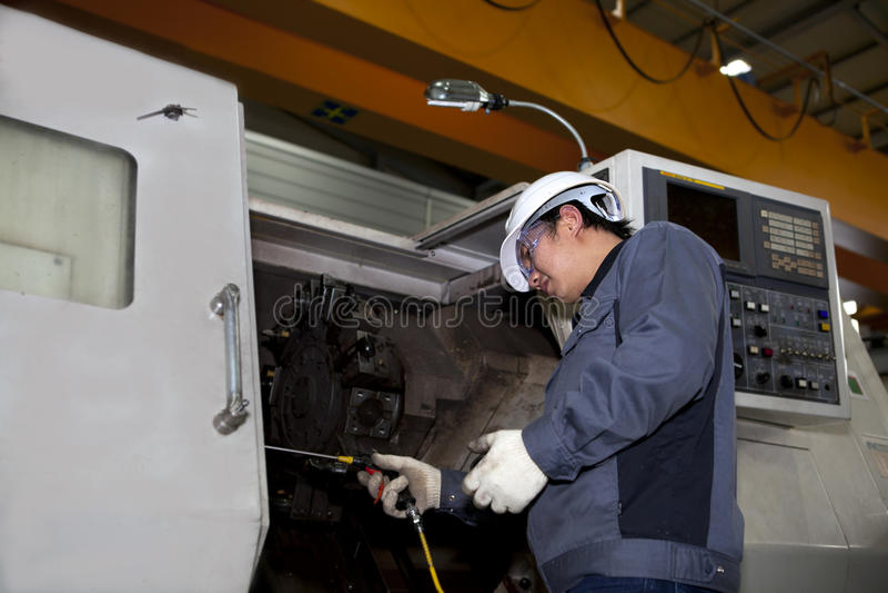 Técnico mecánico de la máquina del CNC fotografía de archivo