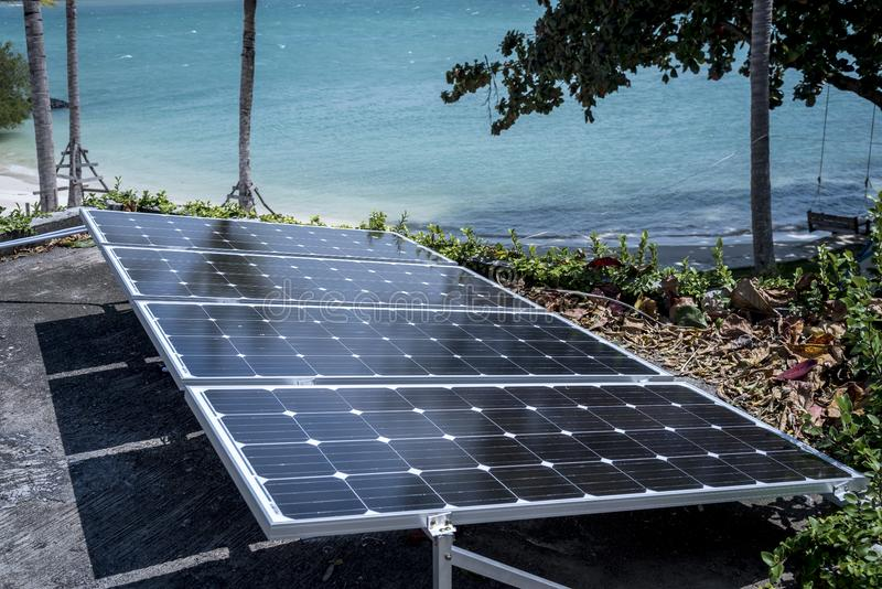 Técnico que instala la célula solar para el poder de reserva eléctrico fotos de archivo