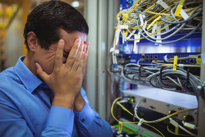 Técnico que obtém forçado sobre a manutenção do servidor foto de stock royalty free
