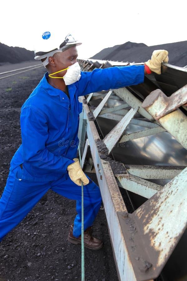 Técnico que verifica a correia transportadora na central elétrica de queimadura de carvão imagens de stock